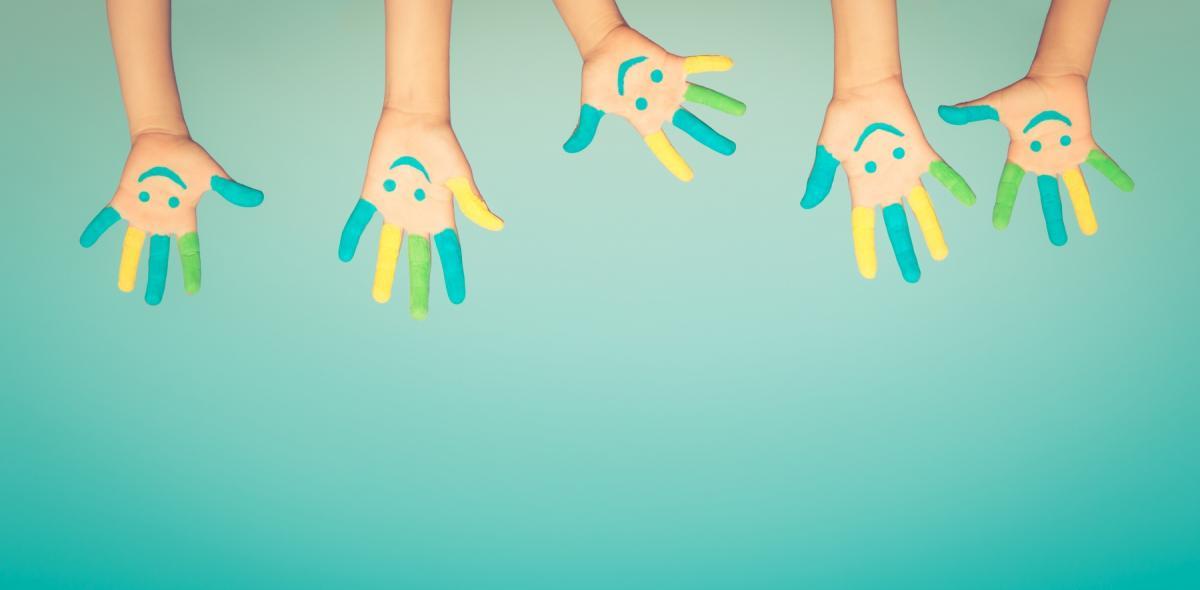 Handjes waarop een blij gezicht is getekend conceptueel beeld.